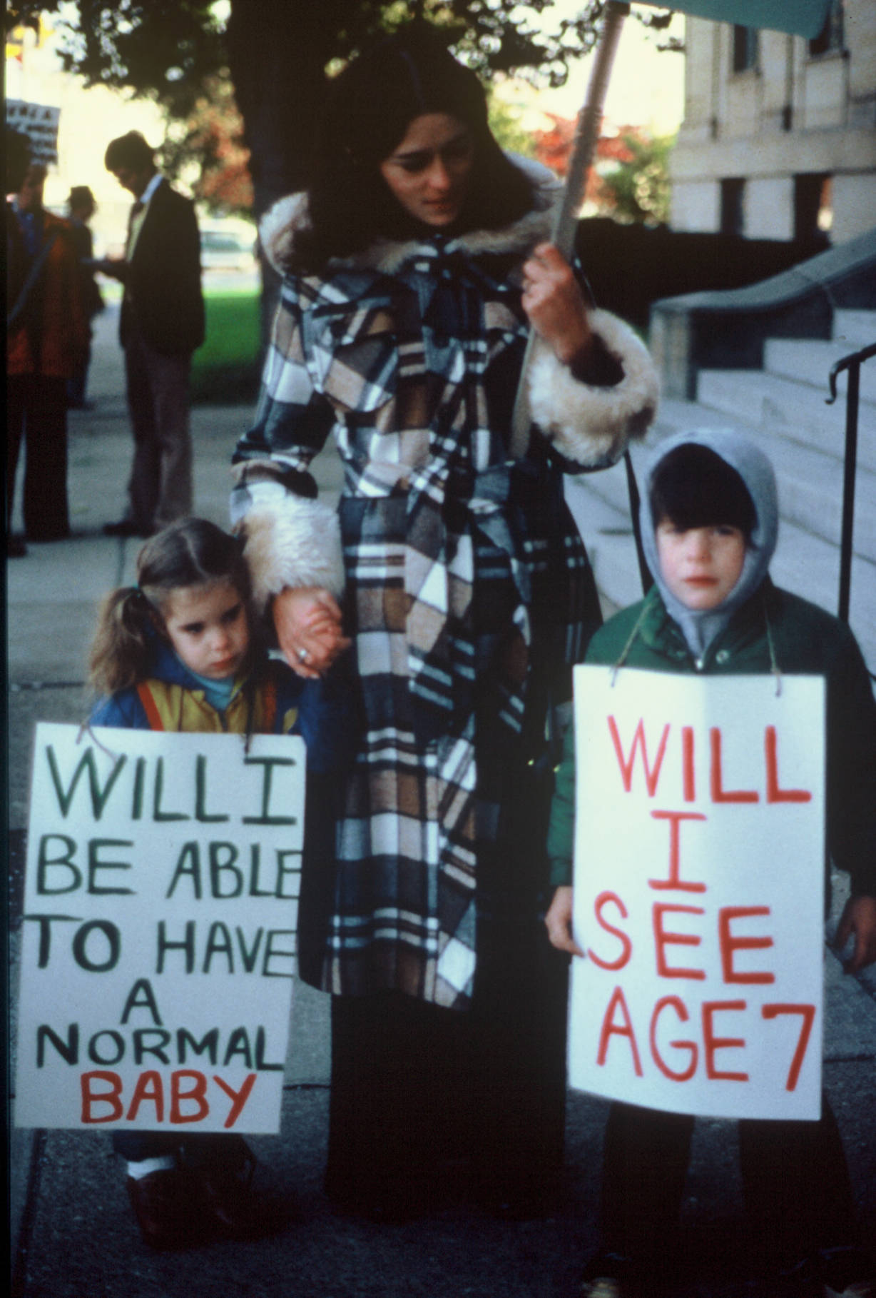 Lois Gibbs and her children protest Love Canal